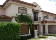 10-381 venta de hermosa casa esquinera en condominio en pozos de santa ana