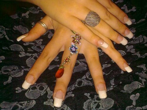 Manicurista uñas artificiales y nuevas tendencias