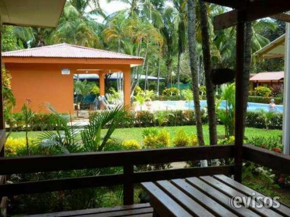 vista de la casa a la piscina