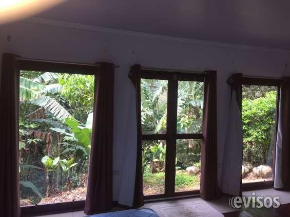 Amplia habitación principal con vista al bosque y acabados en madera