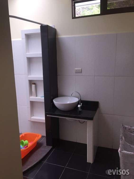 Baño de la habitación secundaria con finos acabados