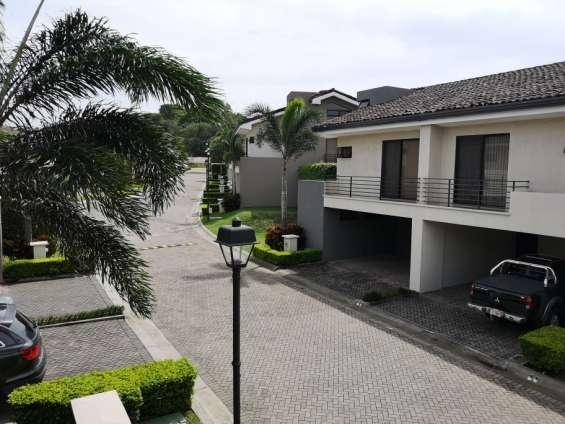 Se vende linda casa en condominio parque del sol, santa ana
