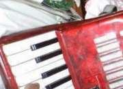Rezo del niño con acordeón y tradicional
