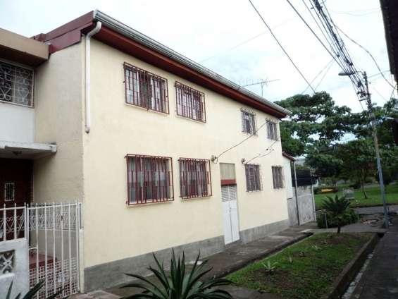 Casa con apartamentos en hatillo 6 (frente al parque de hatillo 6)