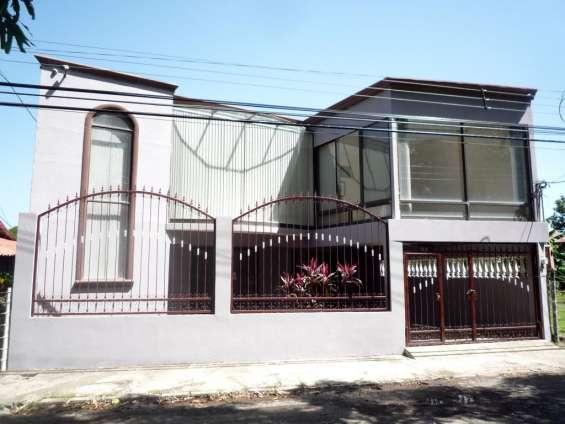 Se vende linda casa con piscina en orotina centro